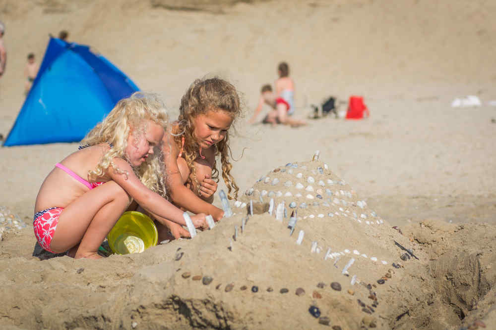 kinderen-zandkasteel-strand-de-krim-texel