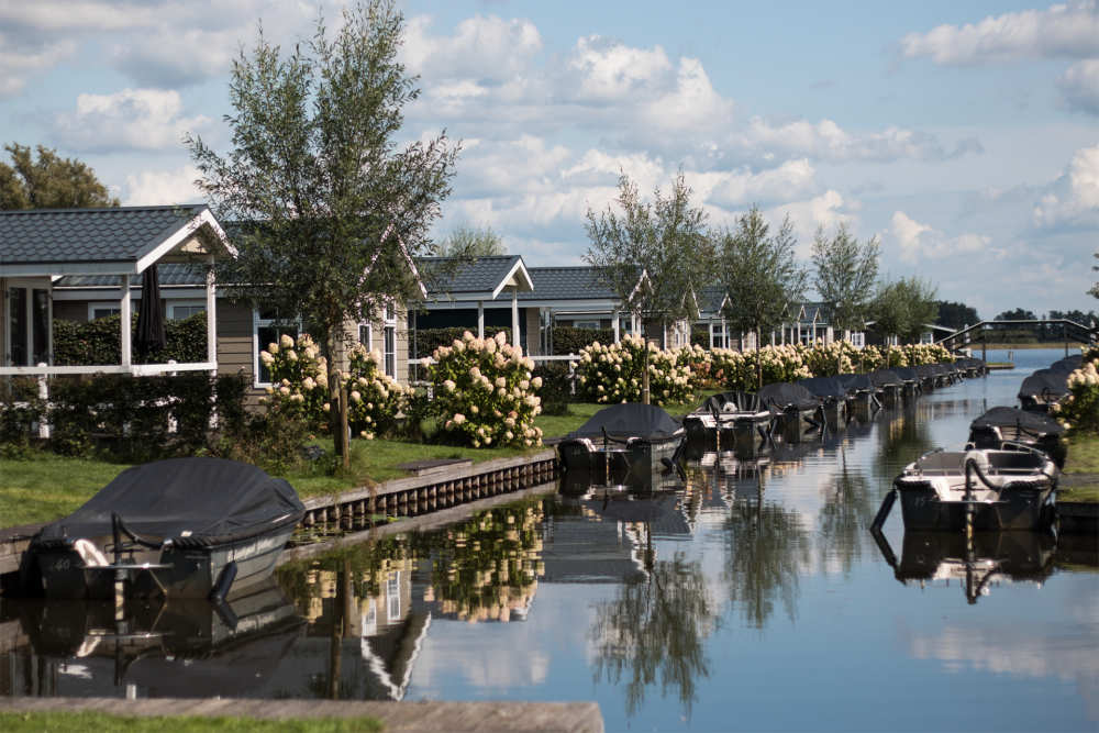 Book a luxury bungalow at Holiday Park Giethoorn with a free sloop