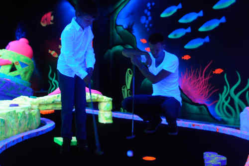 'Glow-in-the-dark' minigolf
