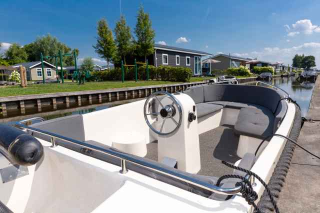 Rent a holiday home at Holiday Park Giethoorn with a free sloop