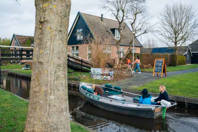 Book a canal cruise through Giethoorn during your stay at Vakantiepark Giethoorn