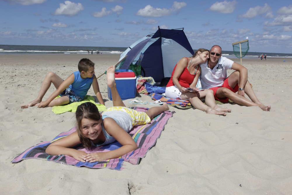 Met het gezin op het strand